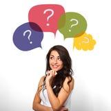 Femme de sourire occasionnelle de pensée avec beaucoup de questions colorées en Bu Photo libre de droits