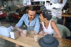 Femme de sourire parlant à l'homme en café Image stock