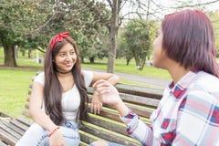 Femme de sourire parlant à ses amis Photos stock