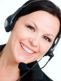 Femme de sourire parlant par l'écouteur Photographie stock libre de droits