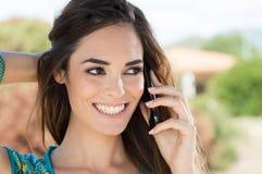 Femme de sourire parlant sur le téléphone portable photographie stock libre de droits
