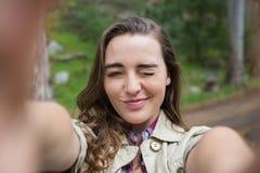 Femme de sourire prenant des selfies photo stock
