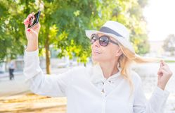 Femme de sourire prenant le selfie dans un jour ensoleillé Images libres de droits