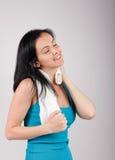 Femme de sourire regardant à l'appareil-photo et essuyage sué Photo stock
