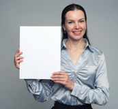 Femme de sourire retenant la carte vierge Photos libres de droits