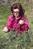 Femme de sourire sélectionnant l'asperge sauvage image stock
