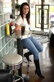 Femme de sourire s'asseyant au wagon-restaurant photos stock