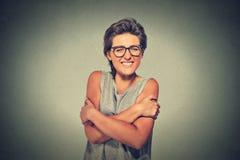 Femme de sourire sûre tenant s'étreindre Photographie stock