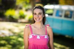 Femme de sourire se tenant en parc Image libre de droits