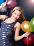 Femme de sourire sur des ballons de fixation de réception Image stock
