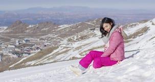 Femme de sourire sur la pente neigeuse banque de vidéos