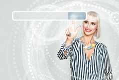 Femme de sourire surfant sur l'Internet Modèle femelle image stock