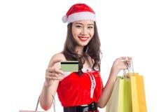 Femme de sourire tenant des paniers avant Noël montrant le cre Photographie stock libre de droits