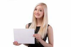 Femme de sourire tenant la carte vierge. Photo libre de droits
