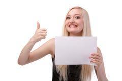 Femme de sourire tenant la carte vierge. Image stock
