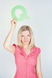 Femme de sourire tenant la lettre Q images libres de droits
