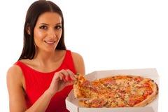 Femme de sourire tenant la pizza délicieuse dans la boîte de carton Photographie stock libre de droits