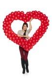 Femme de sourire tenant le coeur rouge de ballon Photo stock