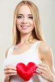 Femme de sourire tenant le symbole rouge d'amour de coeur Photos libres de droits