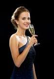 Femme de sourire tenant le verre de vin mousseux Photos stock
