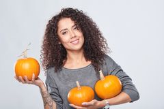 Femme de sourire tenant les potirons mûrs photo libre de droits