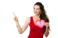 Femme de sourire tenant un coeur d'amour Photo libre de droits