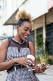 Femme de sourire tenant un comprimé Photos stock