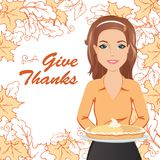 Femme de sourire tenant un tarte pour le thanksgiving Photo libre de droits