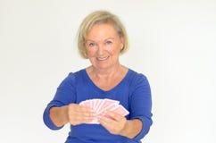 Femme de sourire tenant une main de jouer des cartes Images stock