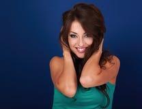 Femme de sourire toothy de maquillage heureux avec la coiffure bouclée sur le brigh Images stock