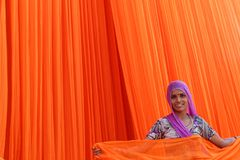 Femme de sourire travaillant dans l'usine de textile Photo stock