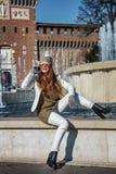 Femme de sourire de voyageur à Milan, Italie parlant au téléphone portable Photo stock