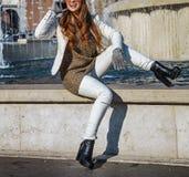 Femme de sourire de voyageur à Milan, Italie parlant au téléphone portable Photos libres de droits