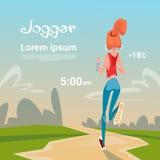 Femme de sport courue avec le traqueur de forme physique sur le coureur de fille de poignet pulsant en parc s'exerçant dehors Photographie stock libre de droits