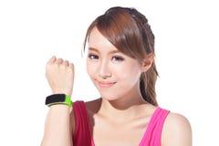 Femme de sport de santé utilisant la montre intelligente Photo libre de droits