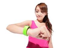 Femme de sport de santé utilisant la montre intelligente Image libre de droits