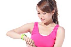 Femme de sport de santé utilisant la montre intelligente Photographie stock