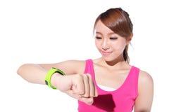 Femme de sport de santé utilisant la montre intelligente Photographie stock libre de droits