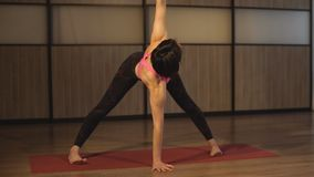 Femme de sport faisant le yoga étirant l'exercice clips vidéos