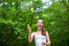Femme de sport jouant le badminton Photo stock