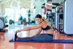 Femme de sport streching Concept de forme physique et de yoga Femme mince Photos libres de droits
