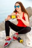 Femme de sport sur la plage rocheuse Image stock