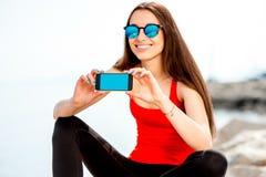 Femme de sport sur la plage rocheuse Photographie stock