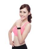 Femme de sport utilisant la montre intelligente Photographie stock libre de droits