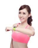 Femme de sport utilisant la montre intelligente Photo libre de droits