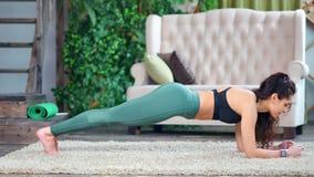 Femme de sports de plein tir belle faisant l'exercice de courroie formant à la maison la vue de côté banque de vidéos