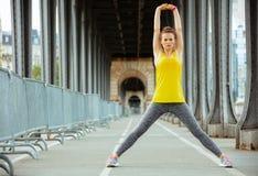 Femme de sports sur le pont de Pont de BIR-Hakeim dans l'?tirage de Paris images stock