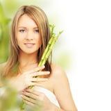 Femme de station thermale avec le bambou Images stock