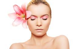 Femme de station thermale d'été avec le renivellement et la fleur de rose de beauté images libres de droits