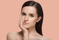 Femme de station thermale de beauté avec le portrait sain parfait de peau de visage E photo libre de droits